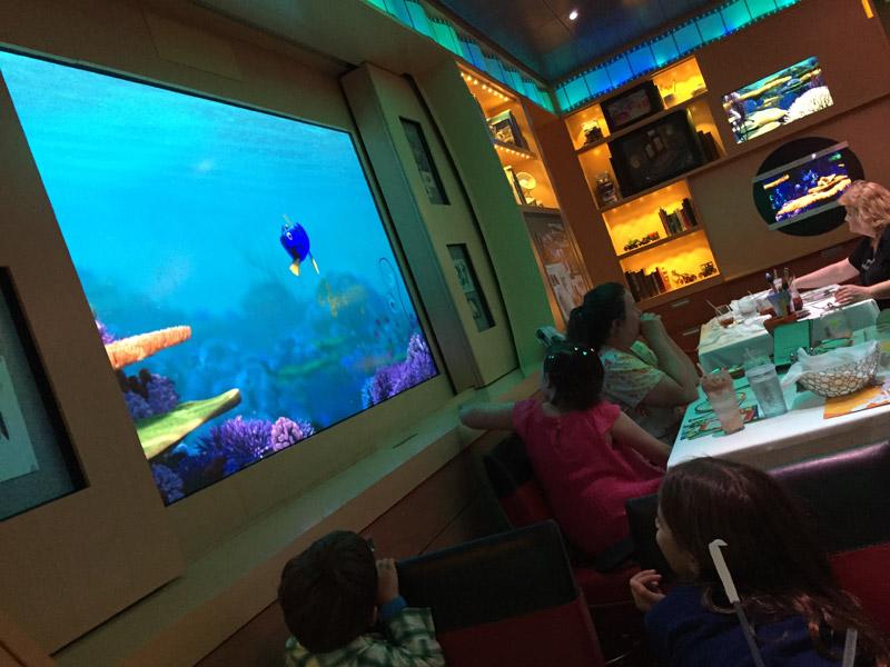 A Dory fazendo uma visita no jantar no Animator's Palate no Disney Dream