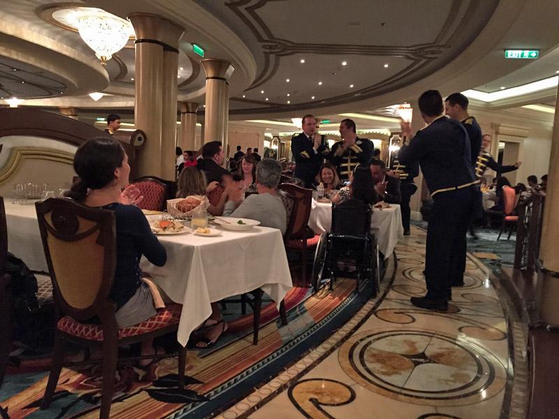 Celebração no Royal Palace no Disney Dream, os garçons fazendo uma bagunça