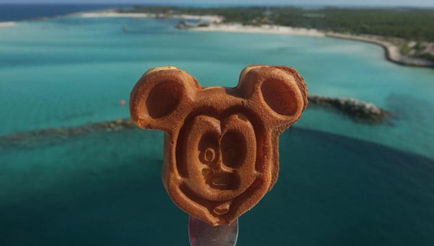 comida no cruzeiro Disney: mickey waffle com vista de Castaway Cay