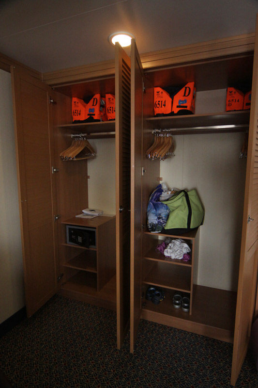 Closet na nossa cabine do Disney Dream