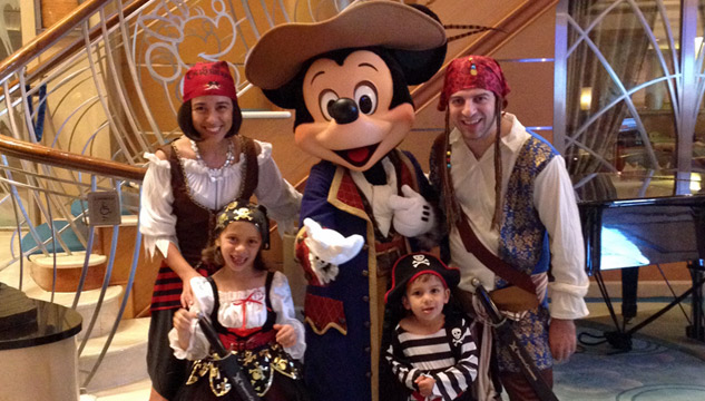 Nós na noite de Pirata no Disney Magic em março de 2015