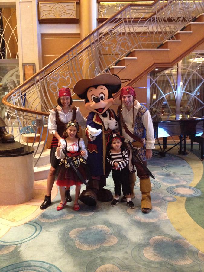 Nós todos de pirata com o Mickey na noite da festa de Pirata