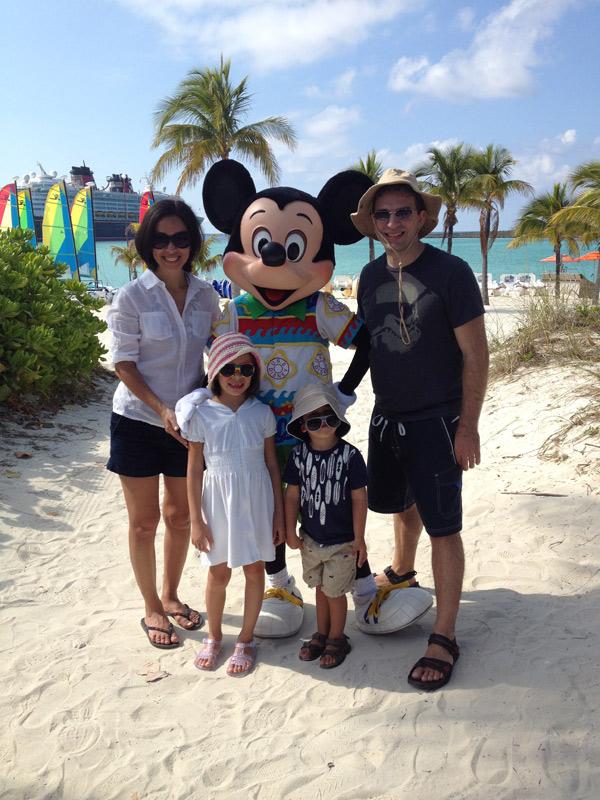 Nós em Castaway Cay com o Mickey vestido pra praia também