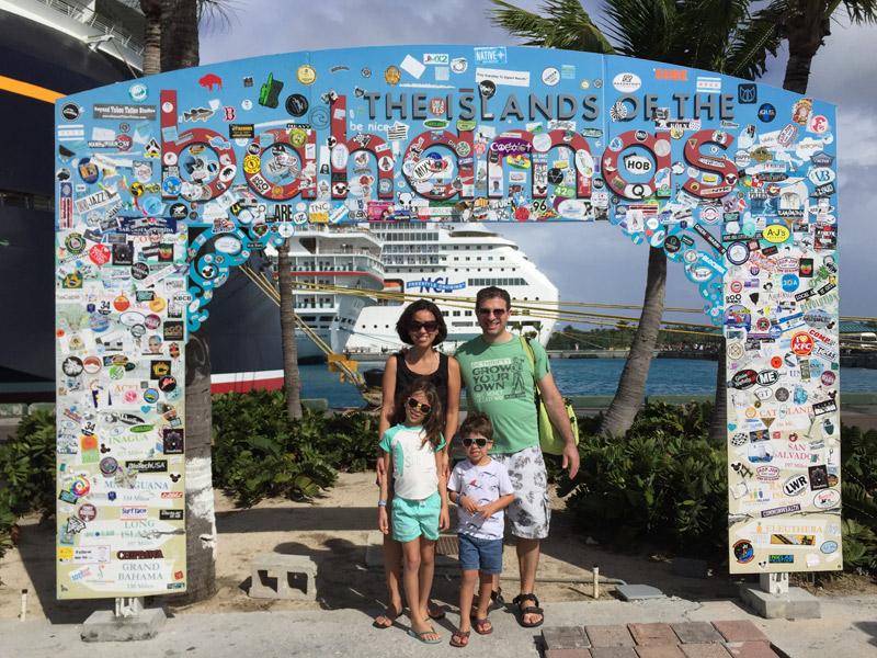 Nós descendo do navio em Nassau, Bahamas