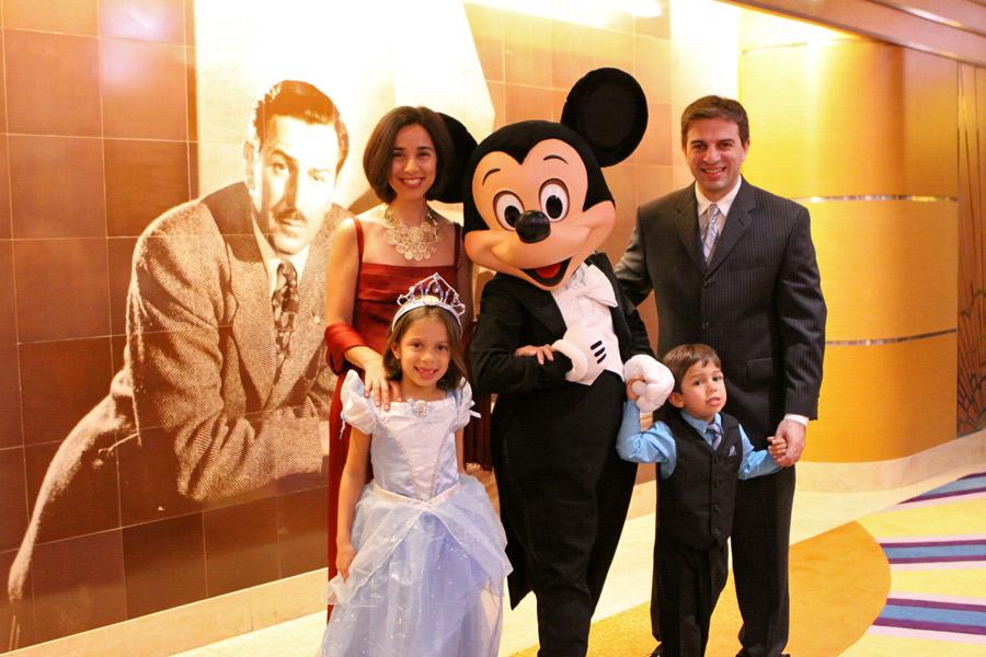 Nossa família produzida com o Mickey chiquérrimo na noite formal no Disney Magic