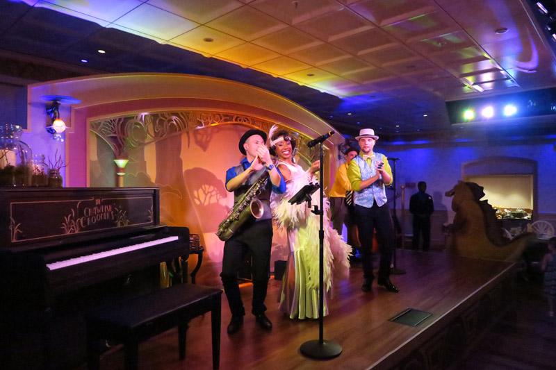 Tiana e banda cantando no Tiana's Place no Disney Wonder
