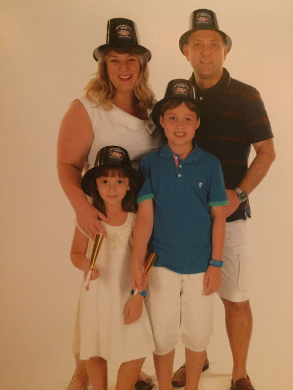 Toda a família com as cartolas de Ano Novo no Revéillon do Disney Dream