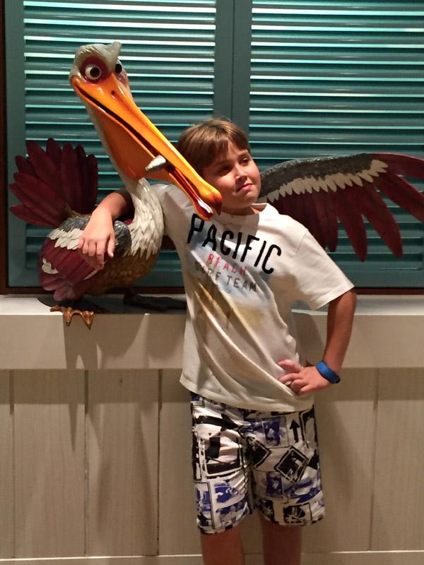 Arthur fazendo graça no hall do elevador do Cabana's