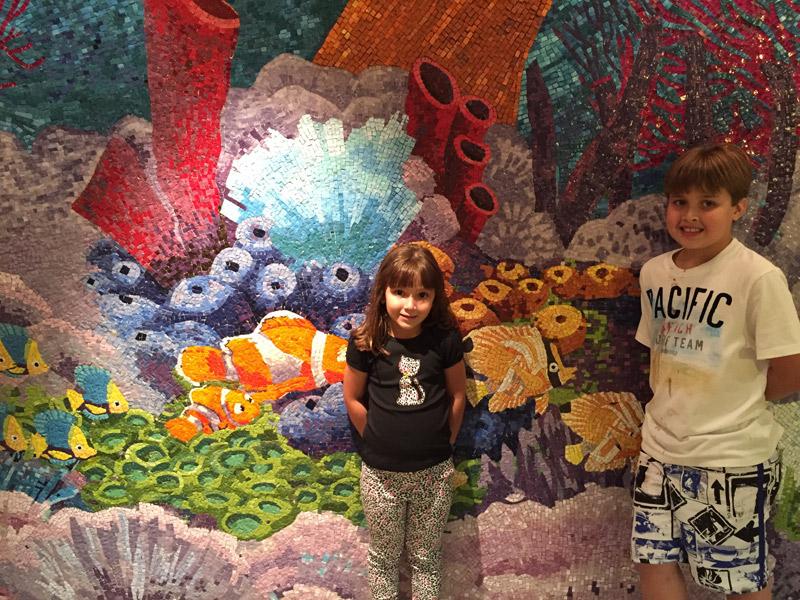 Manuela e Arthur no Cabana's, restaurante buffet do Disney Dream