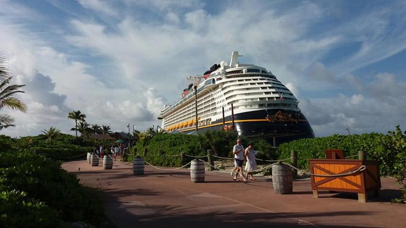 O Disney Dream parado em Castaway Cay