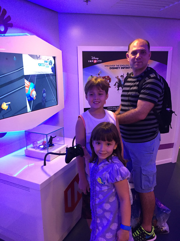 Arthur curtindo a área Disney Infinity no Oceaneer Club