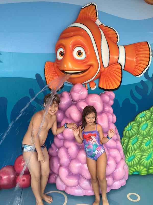 As crianças aproveitando o Nemo's Reef