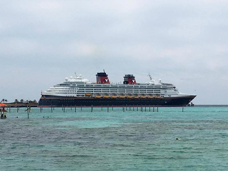 O Disney Wonder parado em Castaway Cay