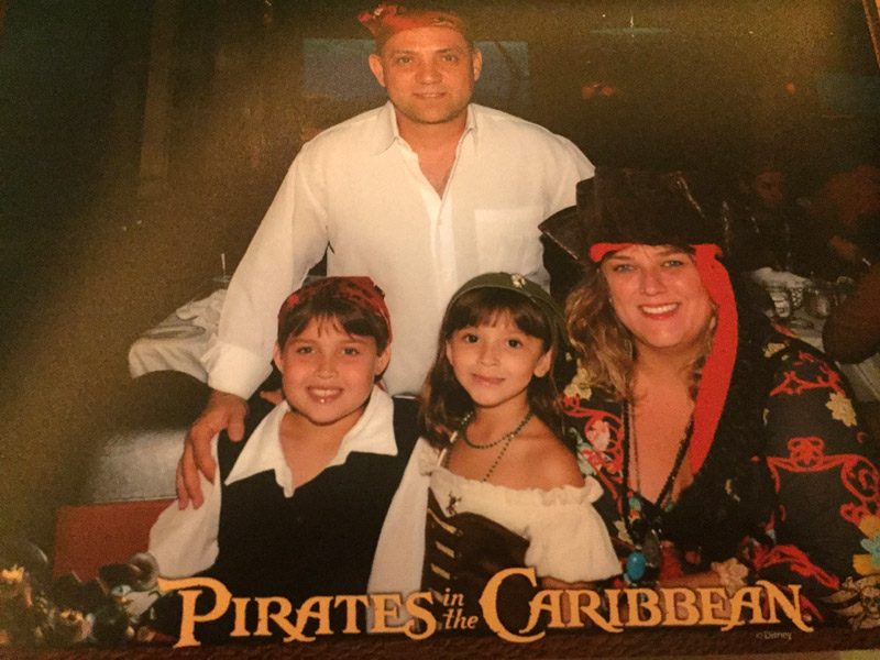 Karina e sua família Pirata no Disney Dream