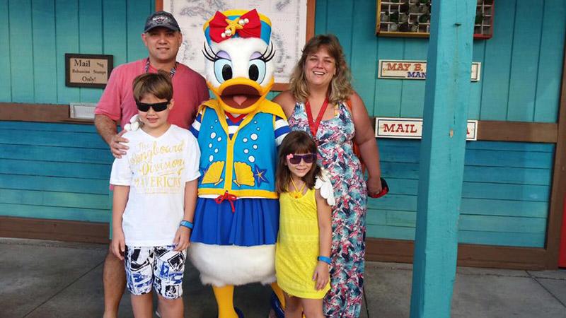 Karina e a família com a Margarida em Castaway Cay