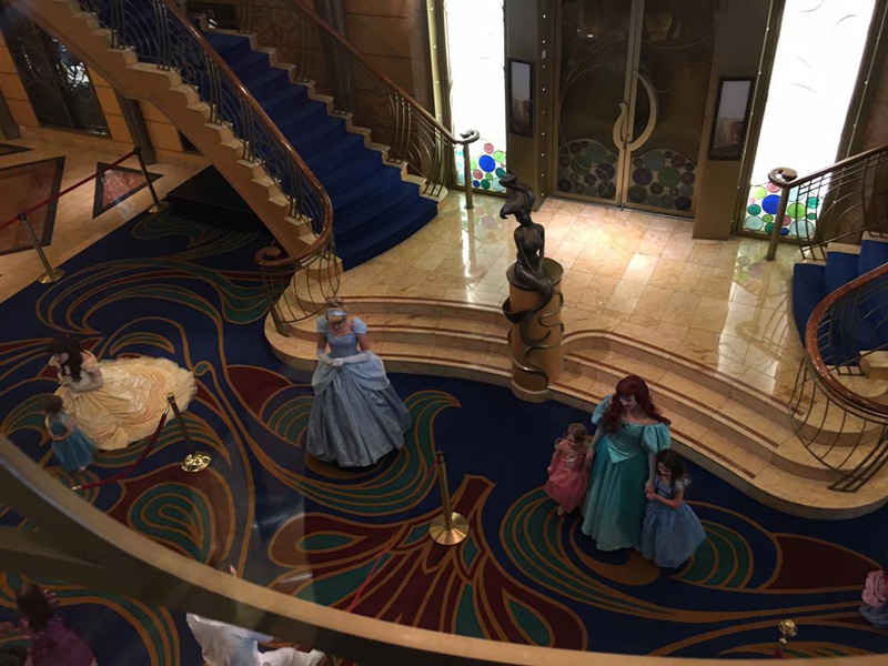 As princesas no lobby do Disney Wonder