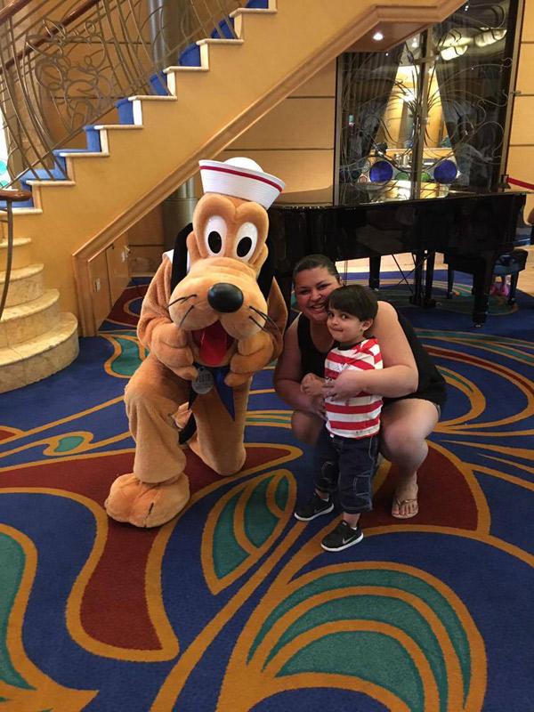 Tirando foto com o Pluto no Disney Wonder