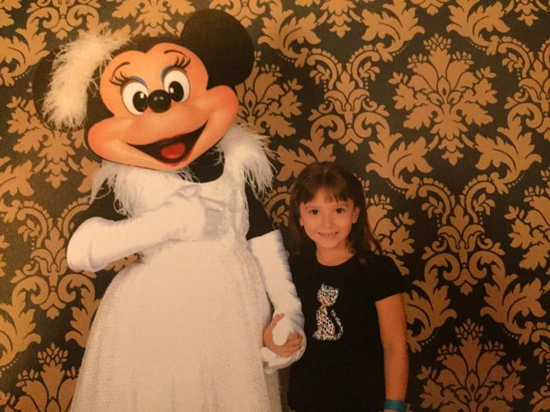 Com a Minnie em seu vestido de gala