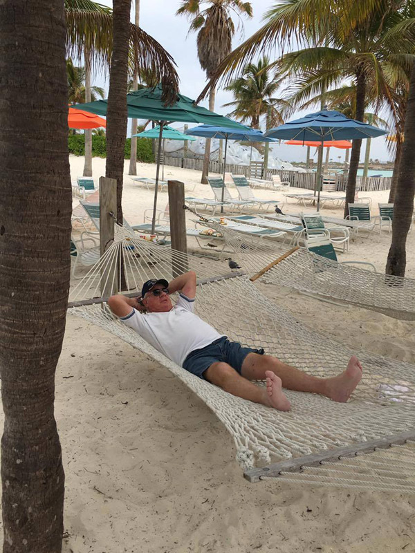 Meu sogro aproveitando uma das redes na praia
