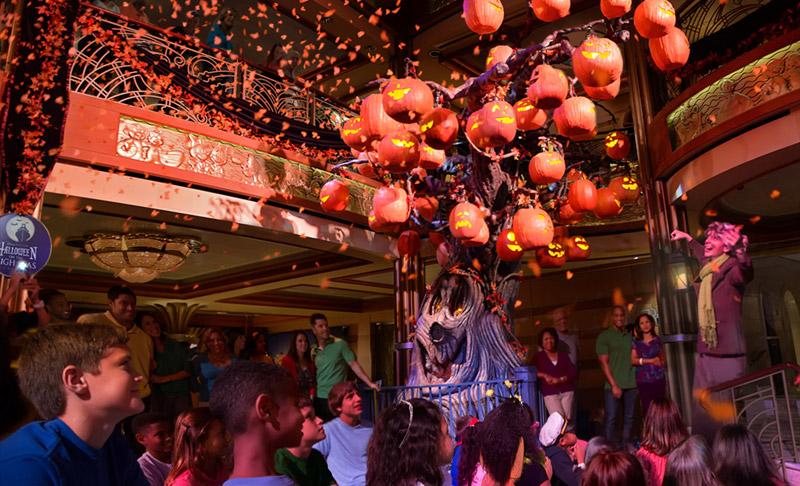 A Pumpkin Tree no lobby dos navios está presente em todos os cruzeiros Disney de Halloween. Foto: Todd Anderson, DCL News