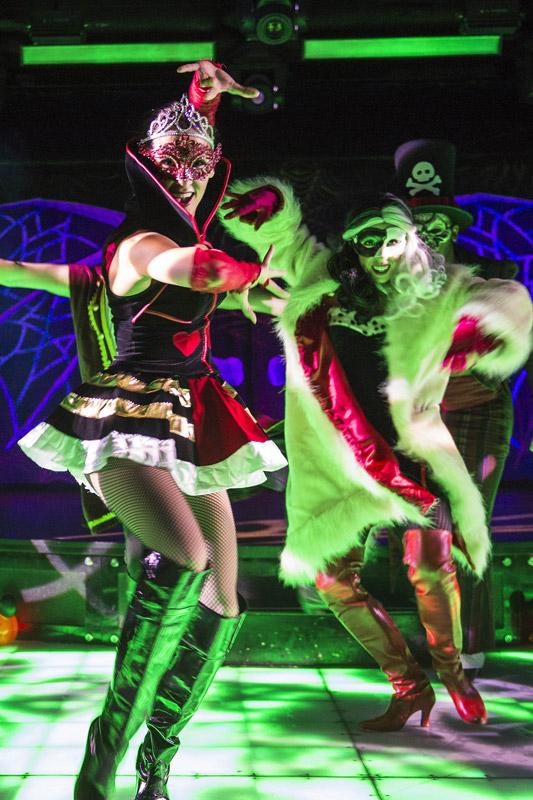 Festa para adultos no Halloween do cruzeiro Disney. Foto: Matt Stroshane, DCL News