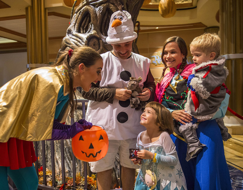 Festa de Halloween no cruzeiro Disney. Foto: Matt Stroshane, DCL News