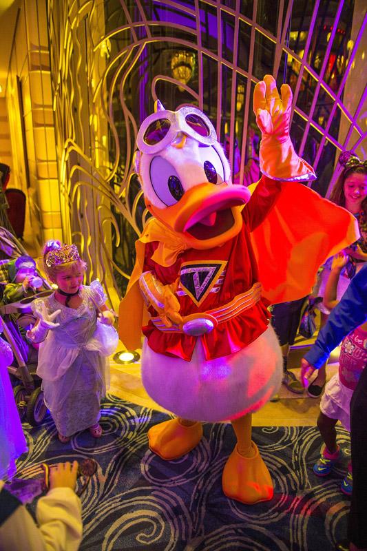 Donald também coloca sua fantasia no Halloween dos navios Disney