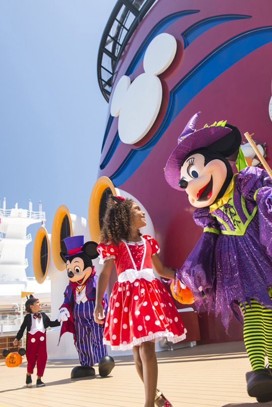 Mickey e Minnie fantasiados para o Halloween. Foto: Matt Stroshane, DCL News