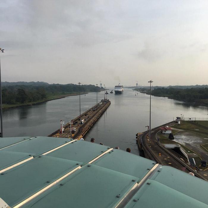 O navio atravessando o canal