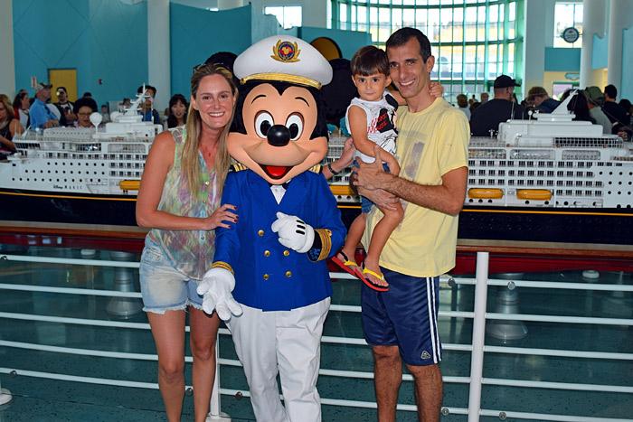 Cruzeiro no Disney Magic: Blandine e família com o Mickey no embarque em Port Canaveral