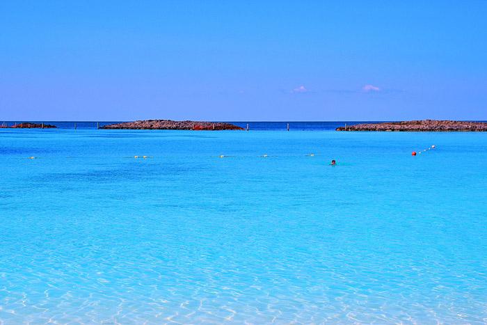 O que é mais azul em Castaway Cay, o céu ou o mar?