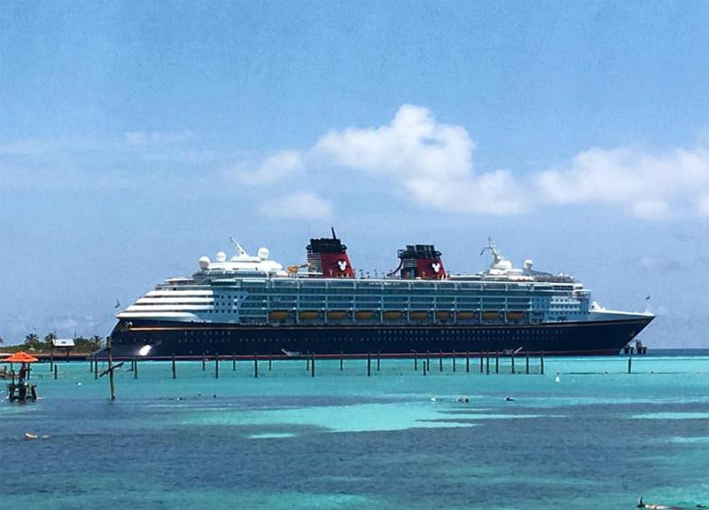 Disney Magic parado em um dia perfeito em Castaway Cay