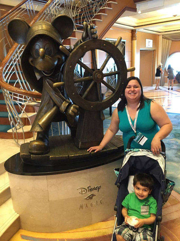 Com a estátua do Mickey que fica no lobby do Disney Magic