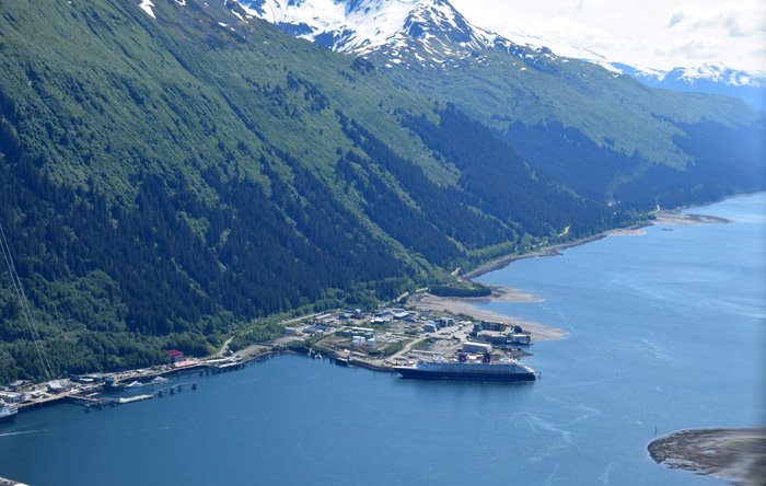 O Disney Wonder no porto em Juneau visto do avião