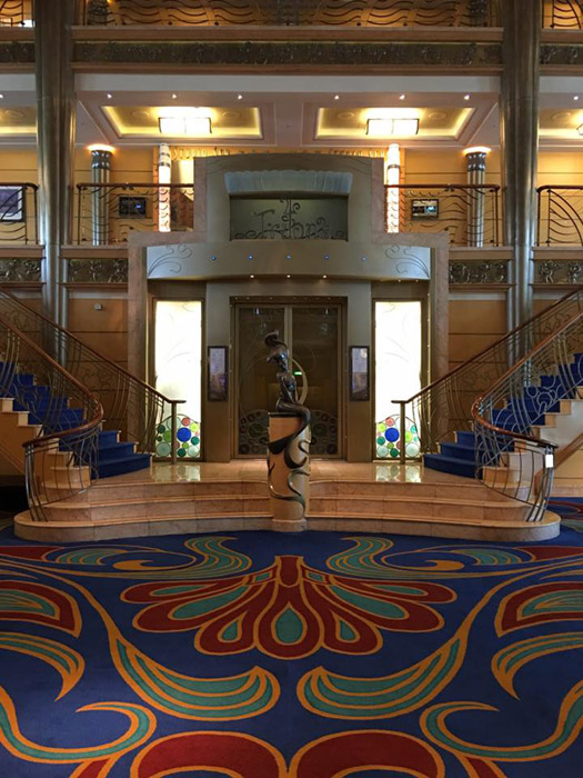 O lobby do Disney Wonder