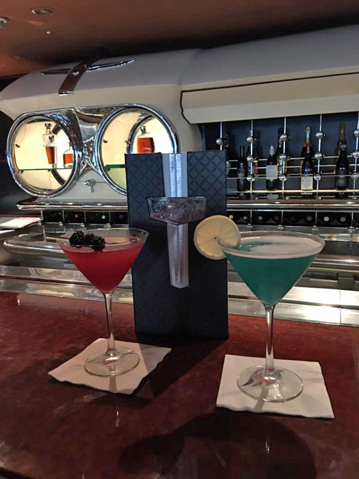 Drinks no bar Cadillac, na área de adultos