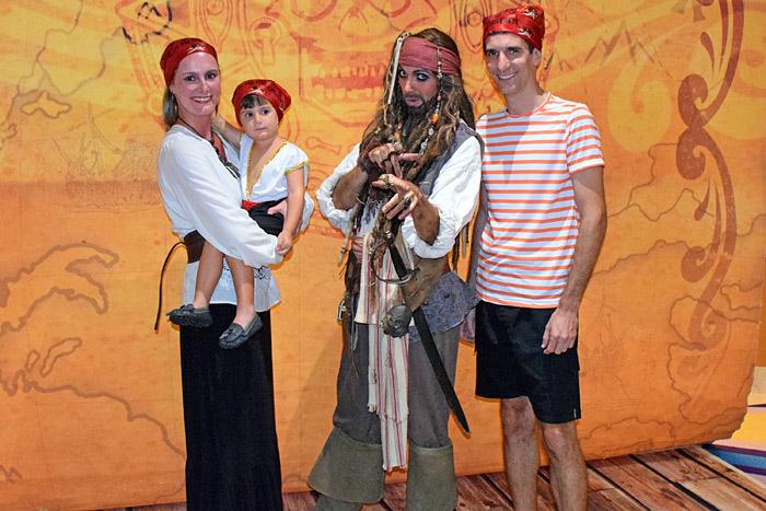 Família toda vestida de pirata com o Jack Sparrow