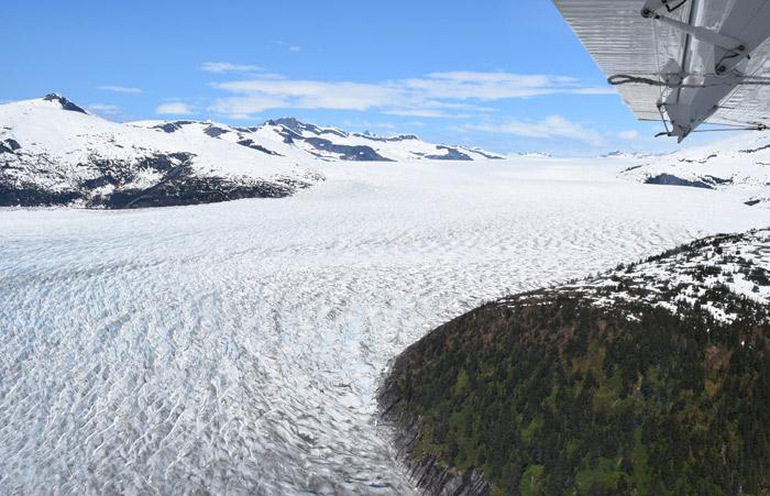 Sobrevoando a geleira Taky
