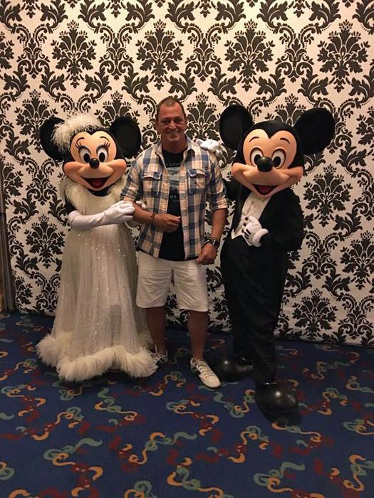 Com Mickey e Minnie em seus trajes de festa
