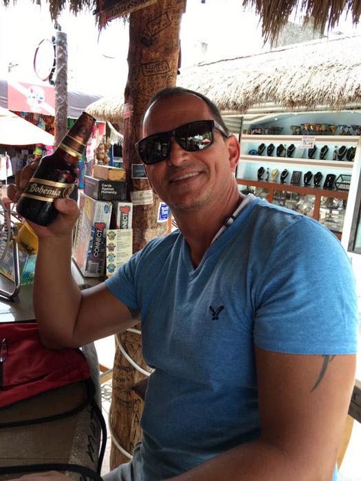 Hernani tomando sua cerveja em Cozumel