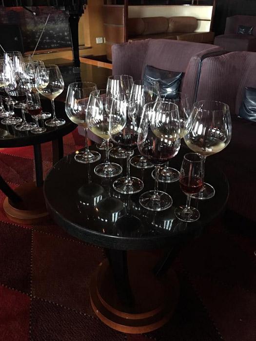Mesa pronta pro seminário de vinhos no Disney Wonder
