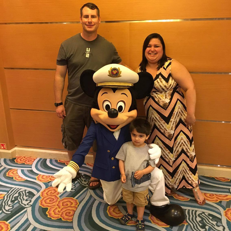 Marjory e familia no Disney Magic com o Capitão Mickey