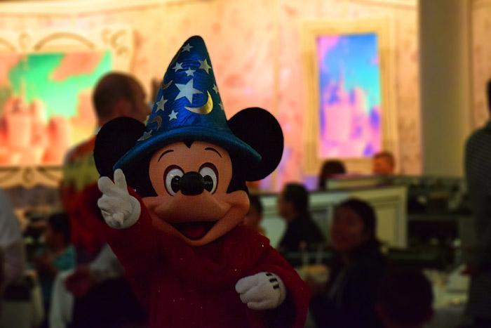 O Mickey Mágico encerrando o show do jantar