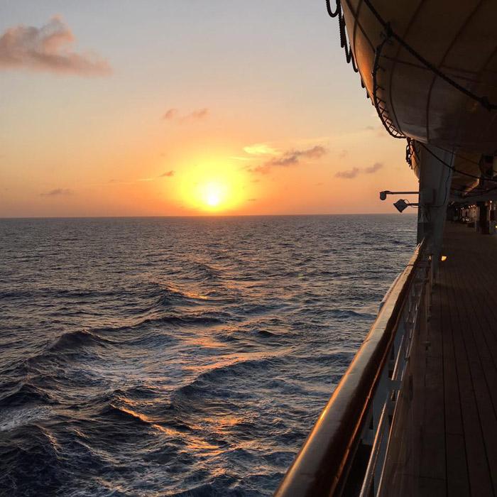 Um por do sol lindo em alto mar