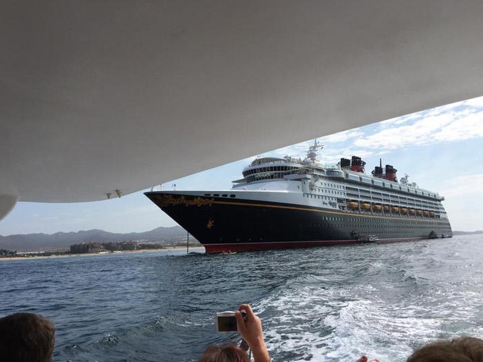 Saindo do navio no barquinho que faz o Tender
