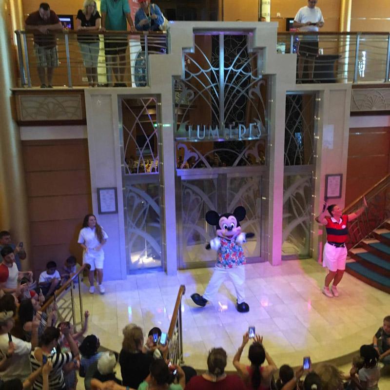 Show no lobby do navio, hora de dançar com os personagens