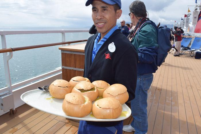 Sopa no pão servida no deck 9