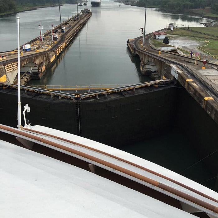 Se aproximando de uma comporta no Canal do Panamá