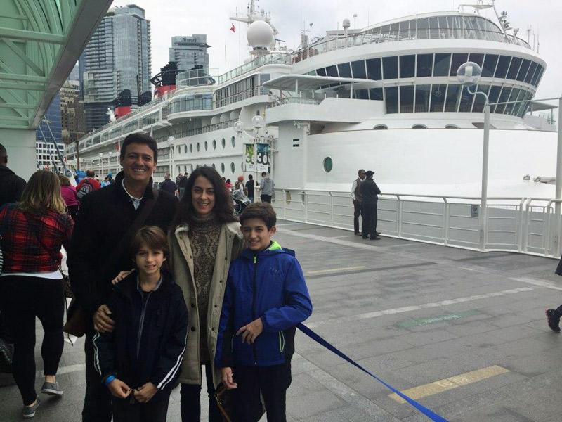 Andrea e família embarcando no Cruzeiro Disney no Alasca