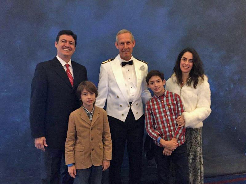 Andrea e a família com o Capitão do Disney Wonder